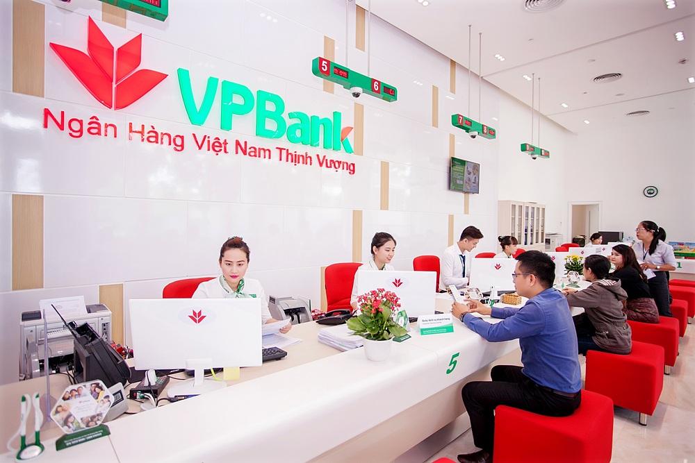 Khách hàng giao dịch tại VPBank.