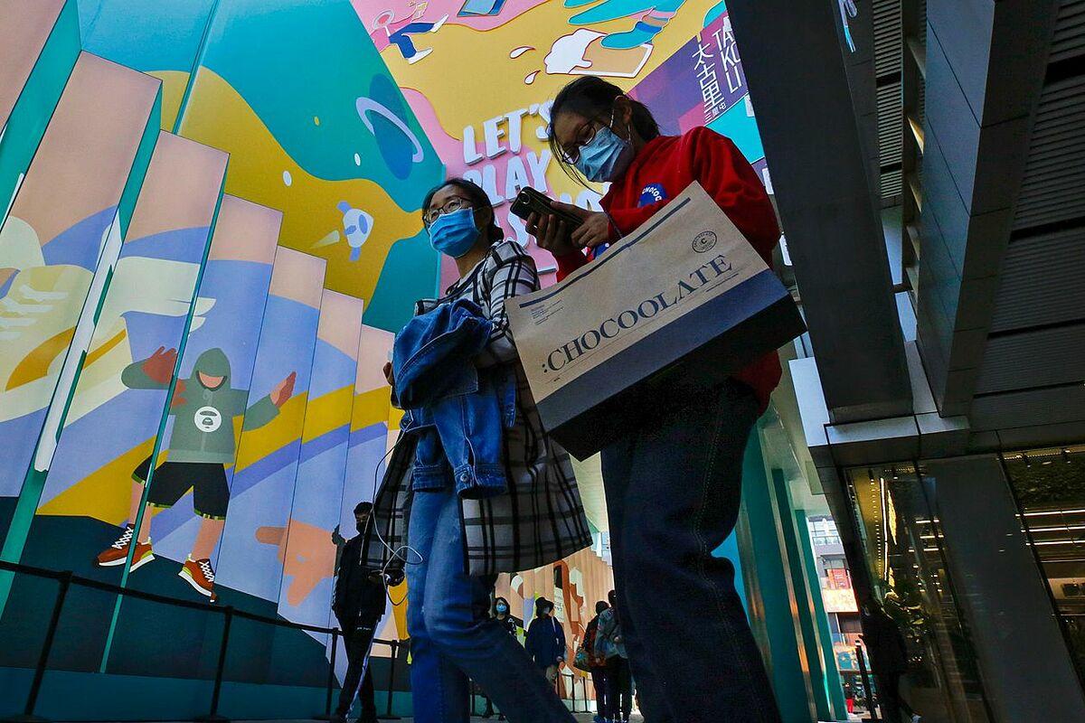 Bên ngoài một khu mua sắm tại Bắc Kinh hồi tháng 10. Ảnh: AP