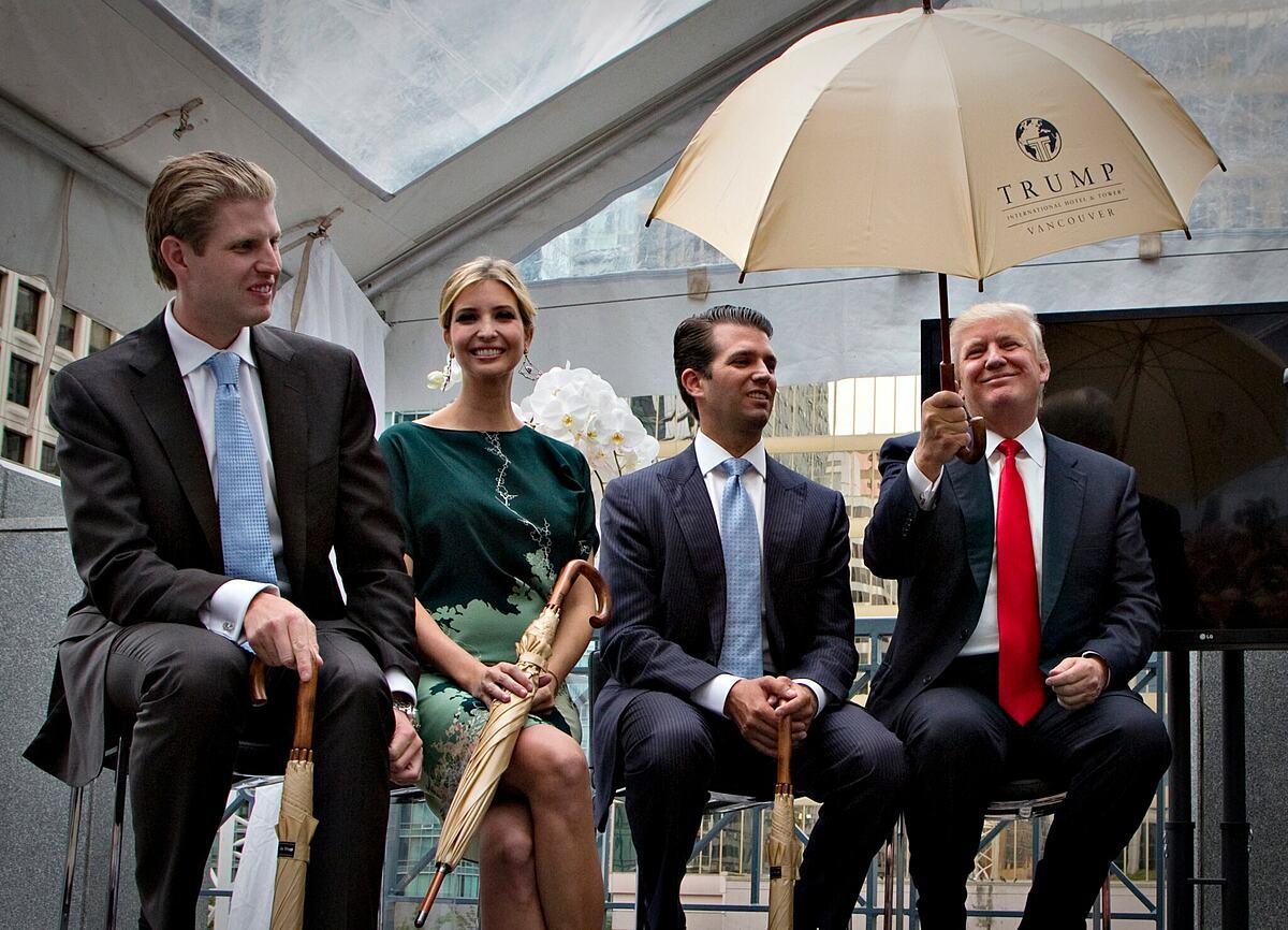 Eric, Ivanka and Donald Trump Jr. và Tổng thống Trump trong một sự kiện. Ảnh: Reuters