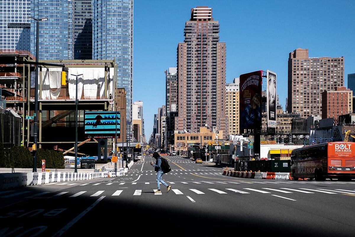 Đường phố Manhattan vắng vẻ vì Covid-19 hồi đầu năm. Ảnh: Reuters