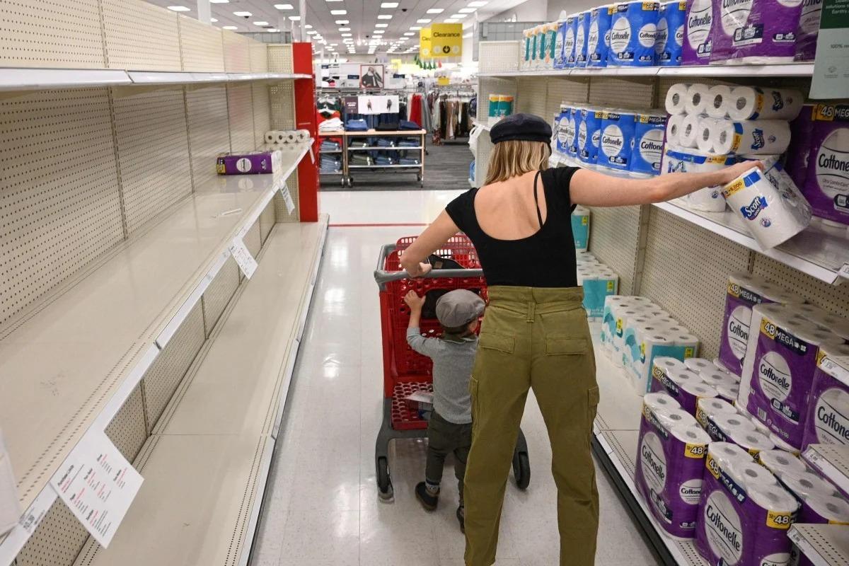 Một khách hàng mua giấy vệ sinh tại Burbank, California. Ảnh: AFP.