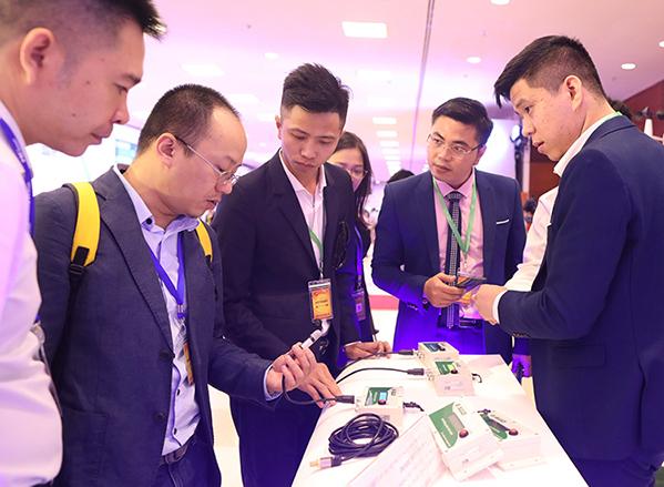 Khách tham dự tham quan gian hàng tại Diễn đàn Quốc gia phát triển doanh nghiệp công nghệ Việt Nam lần đầu tiên ngày 5/9/2019 . Ảnh:Ngọc Thành