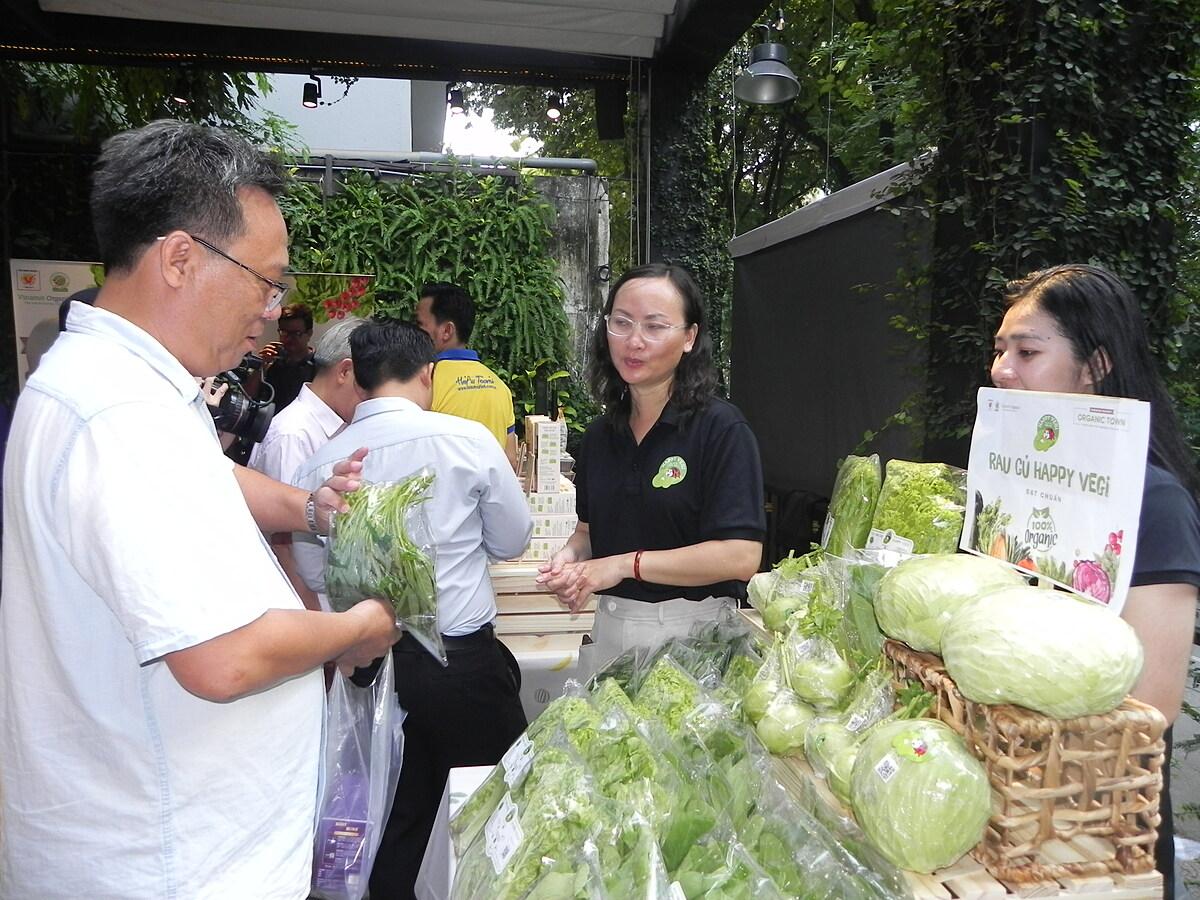 Bà Nguyễn Thị Quỳnh Viên bên quầy bán rau hữu cơ tại chợ phiên Organic Town - GIS Market sáng 21/11. Ảnh: Trần Quỳnh.