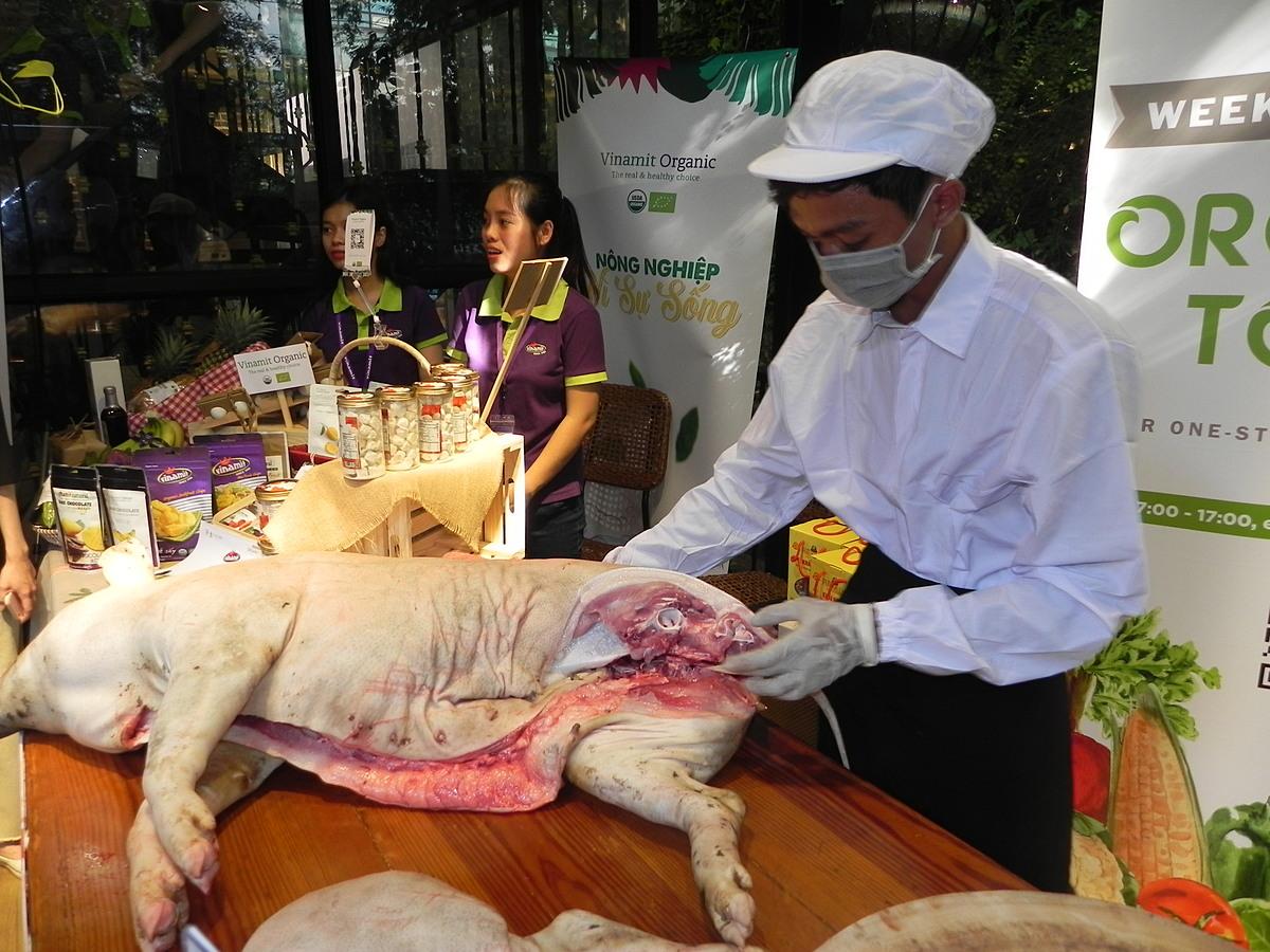 Heo rừng hữu cơ nguyên con xẻ thịt bán tại chỗ sáng ngày 21/11. Ảnh: Trần Quỳnh.