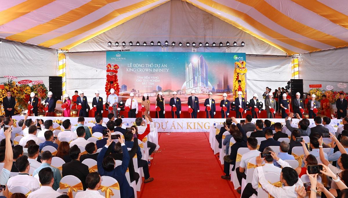 Đại diện chủ đầu tư, đơn vị phát triển cùng các đối tác tham gia triển khai dự án King Crown Infinity thực hiện nghi thức động thổ. Ảnh: BCG Land.