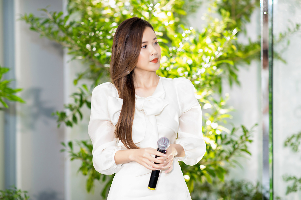 Diễn viên Midu tại buổi ra mắt hai sản phẩm mỹ phẩm đầu tay chiều 22/11. Ảnh: Thành Nguyễn.