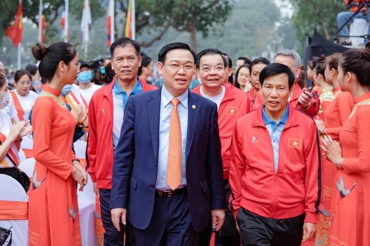 Ông Vương Đình Huệ - Ủy viên Bộ Chính trị, Bí thư Thành ủy, Trưởng đoàn đại biểu Quốc hội thành phố Hà Nội (trái) đến dự lễ Khởi động cùng SEA Games 31.