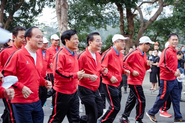 Các lãnh đạo nhà nước tham gia chạy khởi động.
