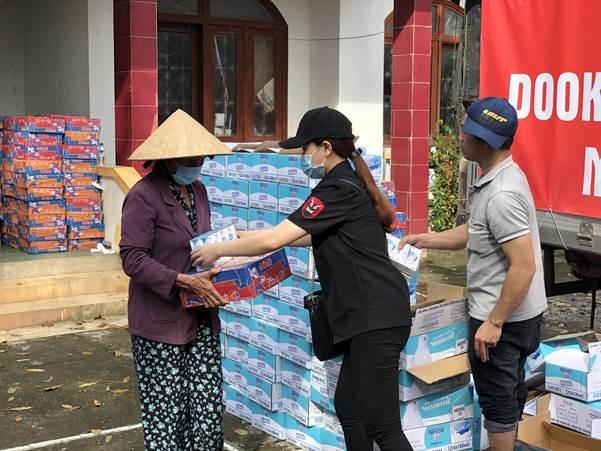 Người dân huyện Trà Bồng nhận lương thực cứu trợ của Dookki Việt Nam.