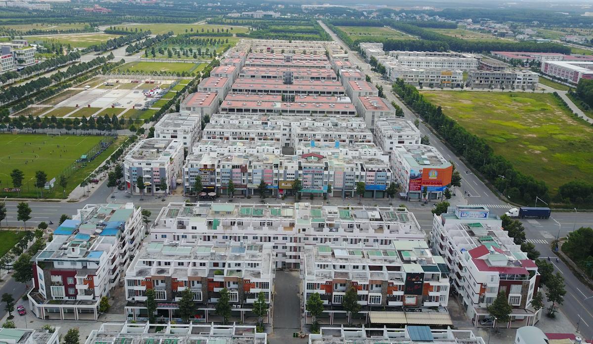 khu nhà phố thương mại với hàng trăm căn nhà phố được xây dựng đồng bộ, hạ tầng đầy đủ