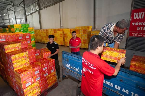 Nhân viên Tân Hiệp Phát chuẩn bị các thùng hàng phiên bản tỷ phú để đáp ứng đủ các đơn hàng cuối năm.