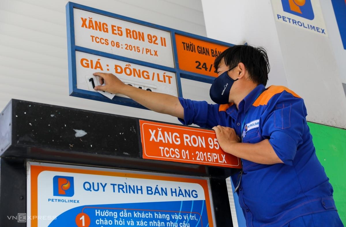 Nhân viên cây xăng trên đường Hai Bà Trưng (quận 1) thay đổi giá bán. Ảnh: Quỳnh Trần.