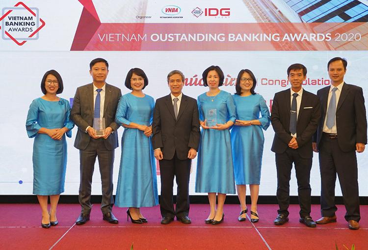 Lãnh đạo ngân hàng BIDV nhận giải Ngân hàng Bán lẻ tiêu biểu 2020 và Ngân hàng Chuyển đổi số tiêu biểu 2020 từ Hội đồng bình chọn.