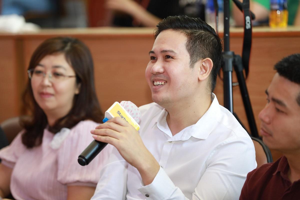 Ông Phạm Văn Tam - Chủ tịch Tập đoàn đầu tư Winsan cam kết đầu tư một triệu đồng cho dự án The Acai Holic. Ảnh: Hữu Khoa.
