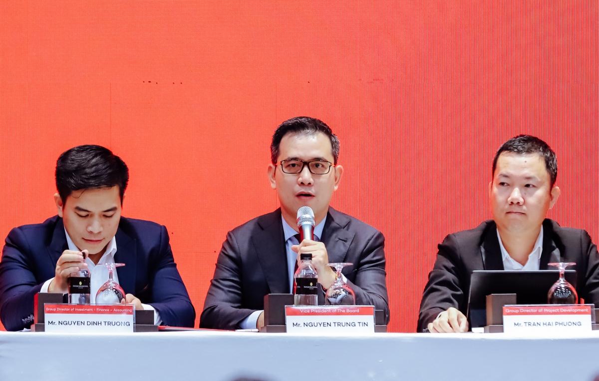 Ông Nguyễn Trung Tín trả lời câu hỏi của nhà đầu tư tại TP HCM. Ảnh: Đỗ Hà.