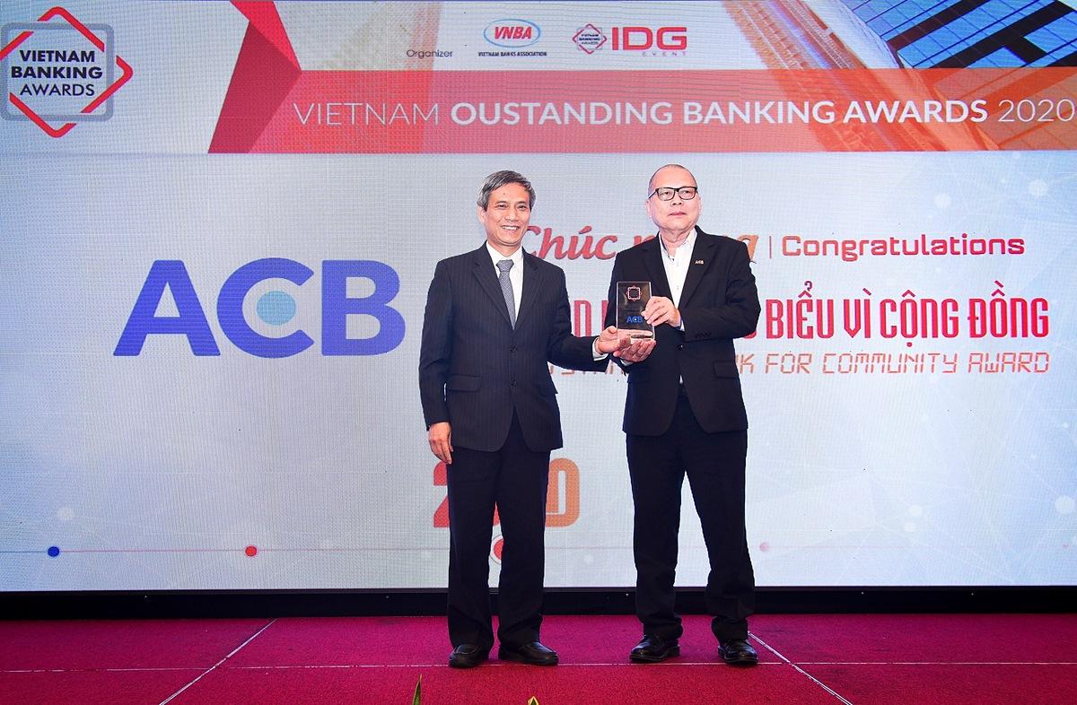 Đại diện ACB nhận giải thưởng Ngân hàng tiêu biểu vì cộng đồng tại lễ vinh danh Ngân hàng Việt Nam tiêu biểu 2020. Ảnh: ACB.