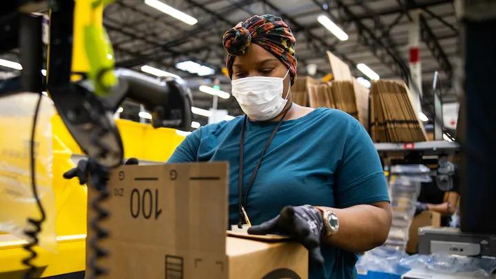 Nhân viên trong một kho hàng của Amazon. Ảnh: Amazon