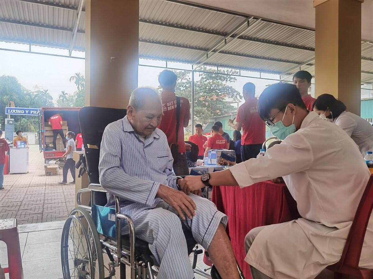 Generali cùng Bệnh viện Trung ương Huế thăm, khám bệnh và phát thuốc miễn phí cho người dân miền Trung. Ảnh: Generali Việt Nam.
