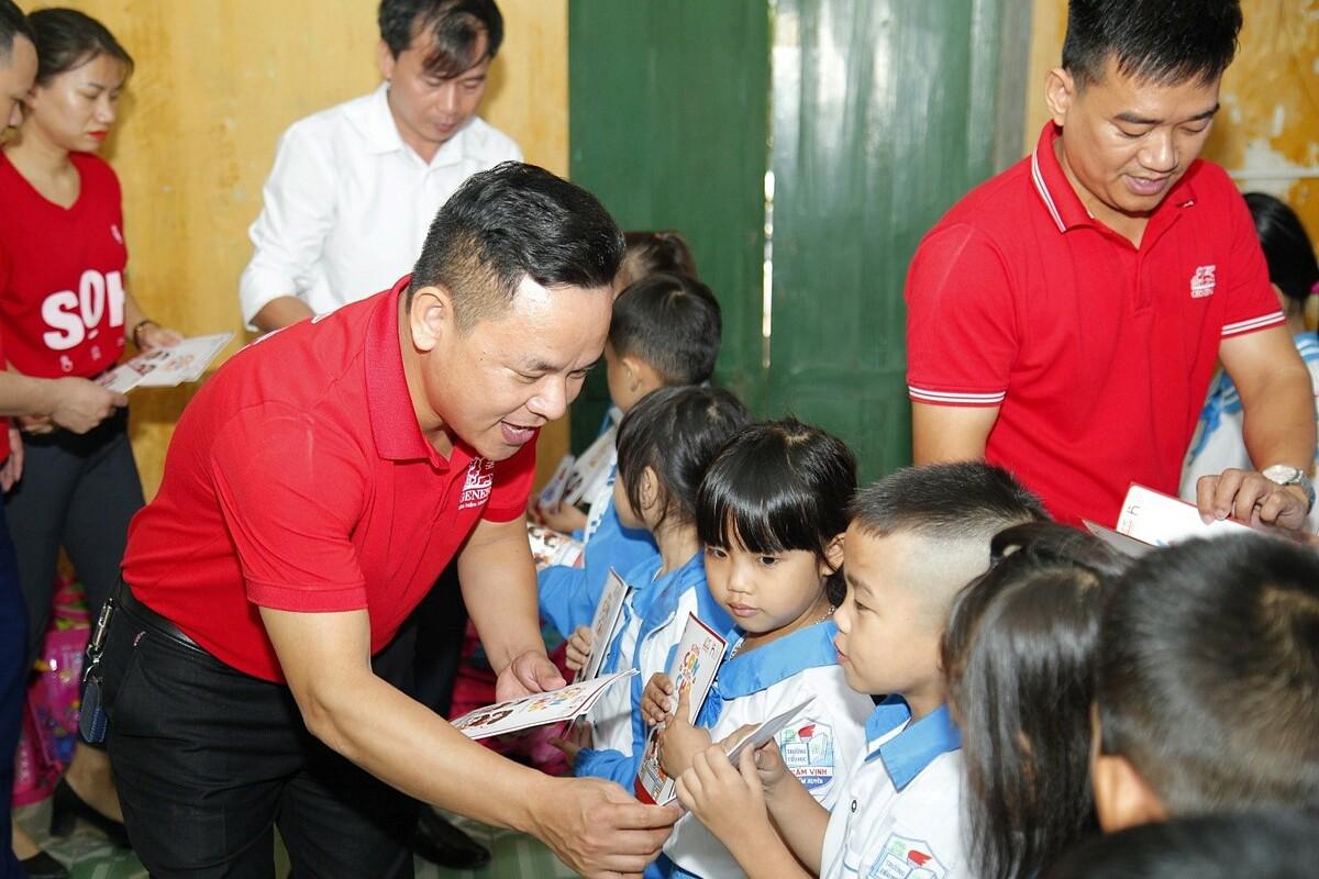 Đại diện Generali Việt Nam trao quà cho học sinh các trường học bị ảnh hưởng do bão lũ. Ảnh: Generali Việt Nam.