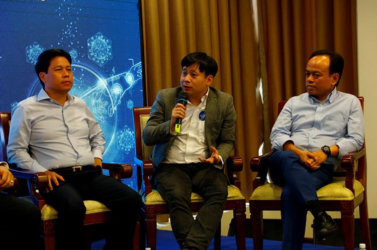 Ông Lê Hồng Việt, Tổng giám đốc FPT Smart Cloud (cầm mic) chia sẻ tại sự kiện.