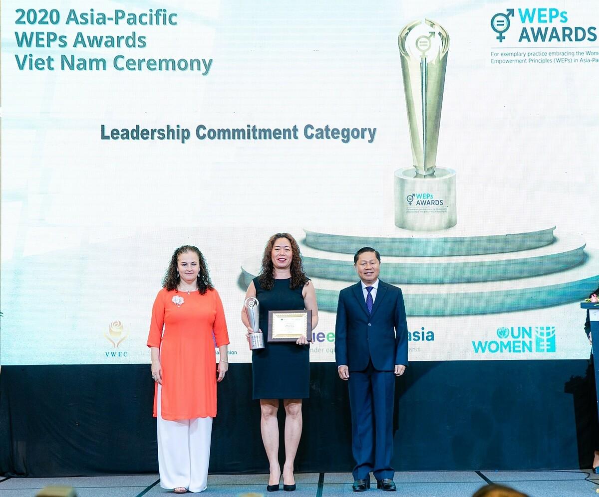 Chủ tịch Unilever Việt Nam Nguyễn Thị Bích Vân (giữa) nhận giải Lãnh đạo cam kết do UN Women trao tặng. Ảnh: Unilever.