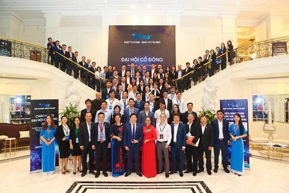 Đại diện hơn 100 cổ đông Verig chụp ảnh chào mừng thành công của đại hội cổ đông 2020