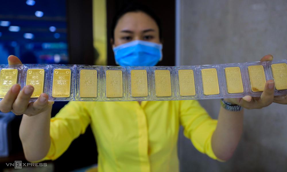 Giao dịch vàng SJC tại một tiệm vàng ở TP HCM. Ảnh: Như Quỳnh.