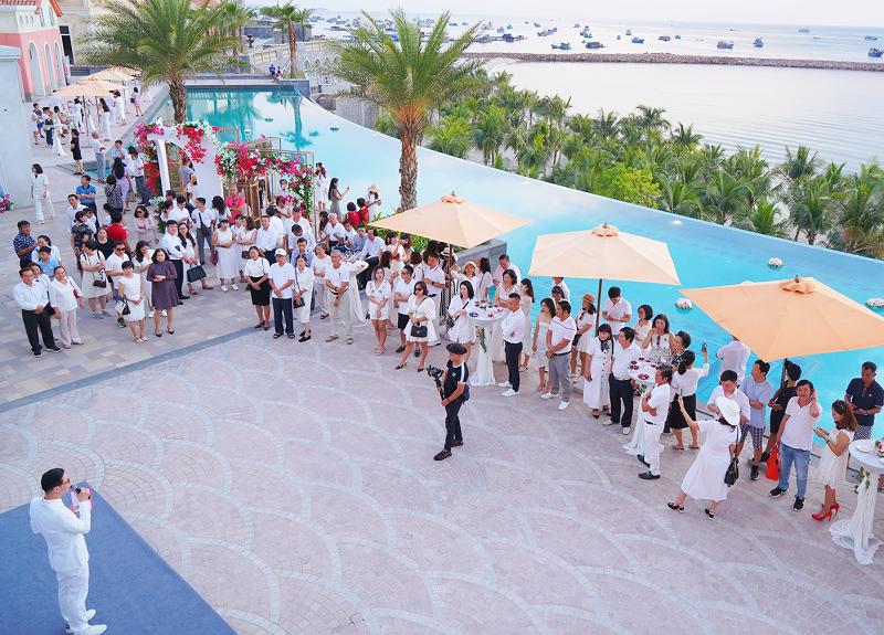 Tiệc trà chiều diễn ra tại bể bơi Central Village thuộc dự án Sun Premier Village Primavera. Ảnh: Tập đoàn Sun Group.