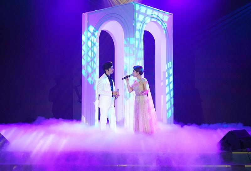 Chương trình văn nghệ trong Gala dinner có sự tham gia ca sĩ Uyên Linh, Lân Nhã. Ảnh: Tập đoàn Sun Group.