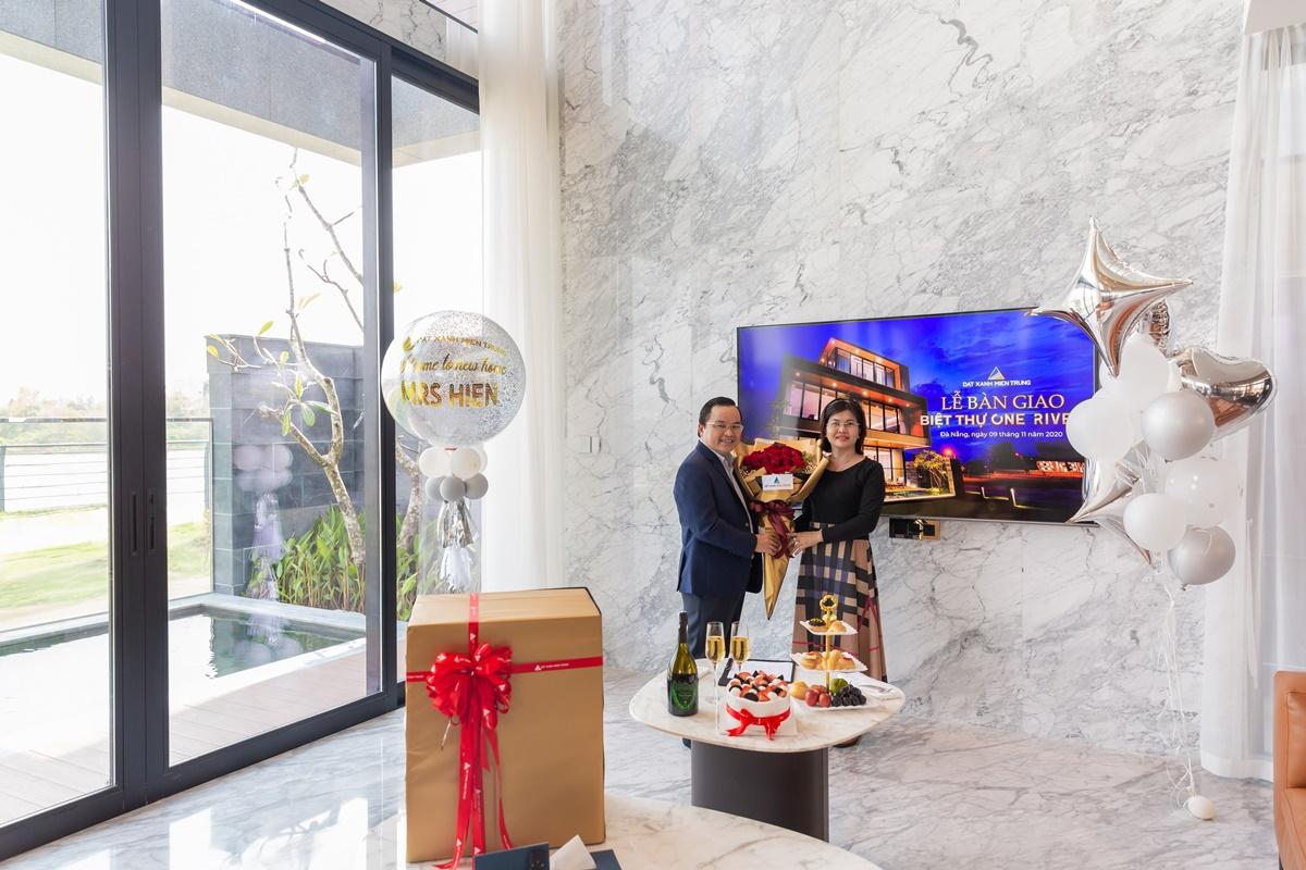 [Caption]Đất Xanh Miền Trung sang sổ hồng và bàn giao villa Regal One River đến khách hàng chỉ sau 12 tháng xây dựng.