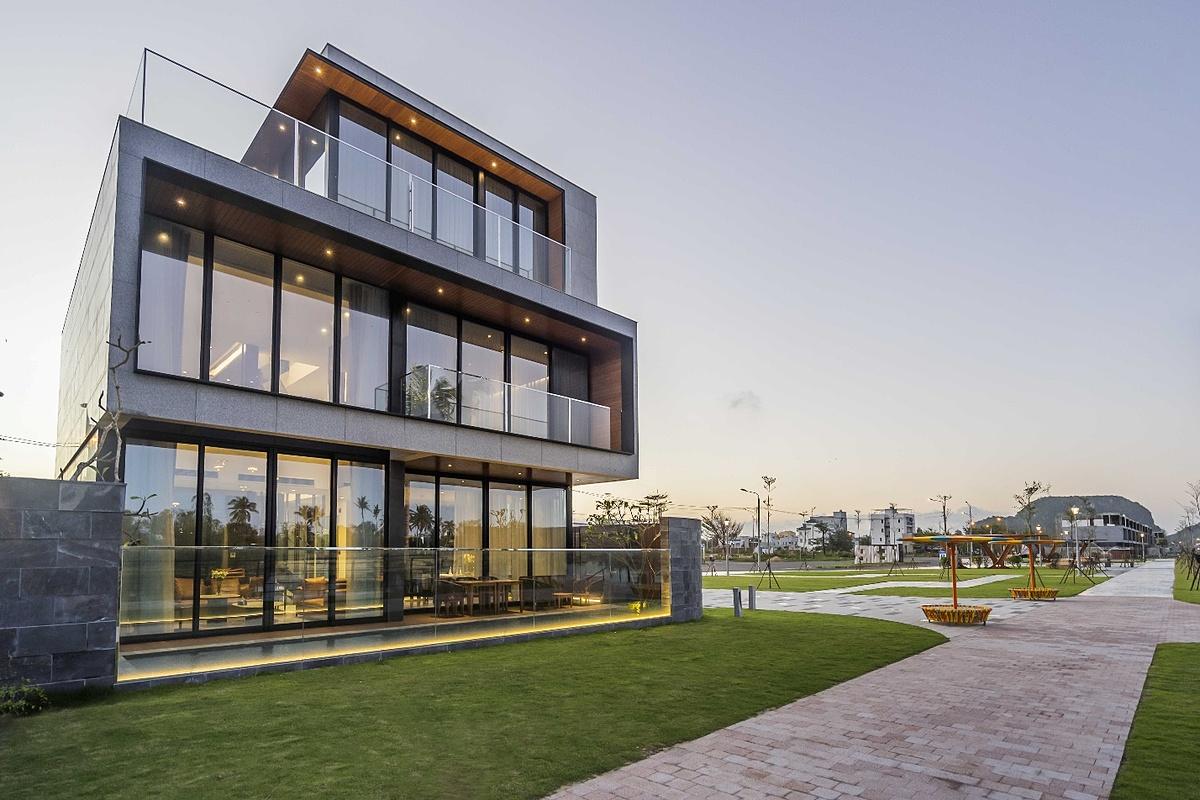 Villa Regal One River thuyết phục cư dân bằng vị trí độc tôn, kiến trúc hiện đại, sang trọng cùng SPEC (bảng vật liệu xây dựng) thượng hạng từ các thương hiệu hàng đầu thế giới.