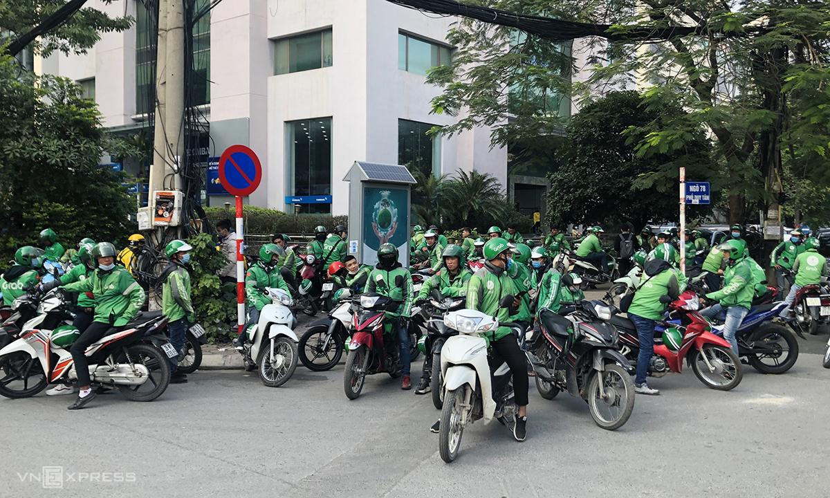 Các tài xế tiếp tục đình công vào đầu giờ chiều 7/12 và bắt đầu tập trung đông ở cả tuyến phố khác. Ảnh: Anh Tú.