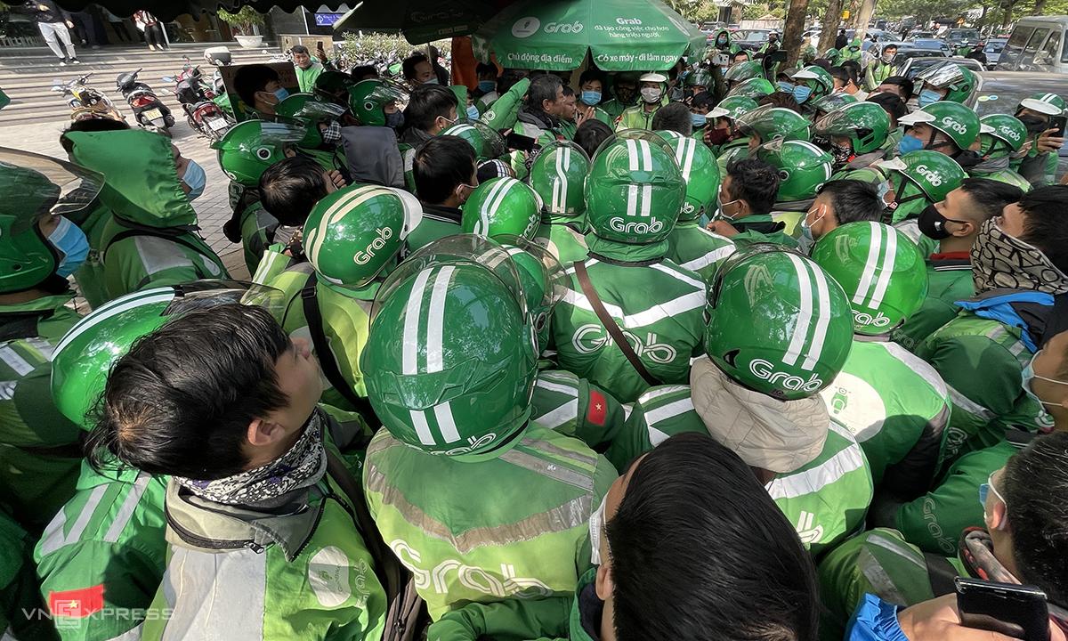 Hàng trăm tài xế tập trung trước văn phòng Grab tại Cầu Giấy sáng 7/12. Ảnh: Anh Tú.
