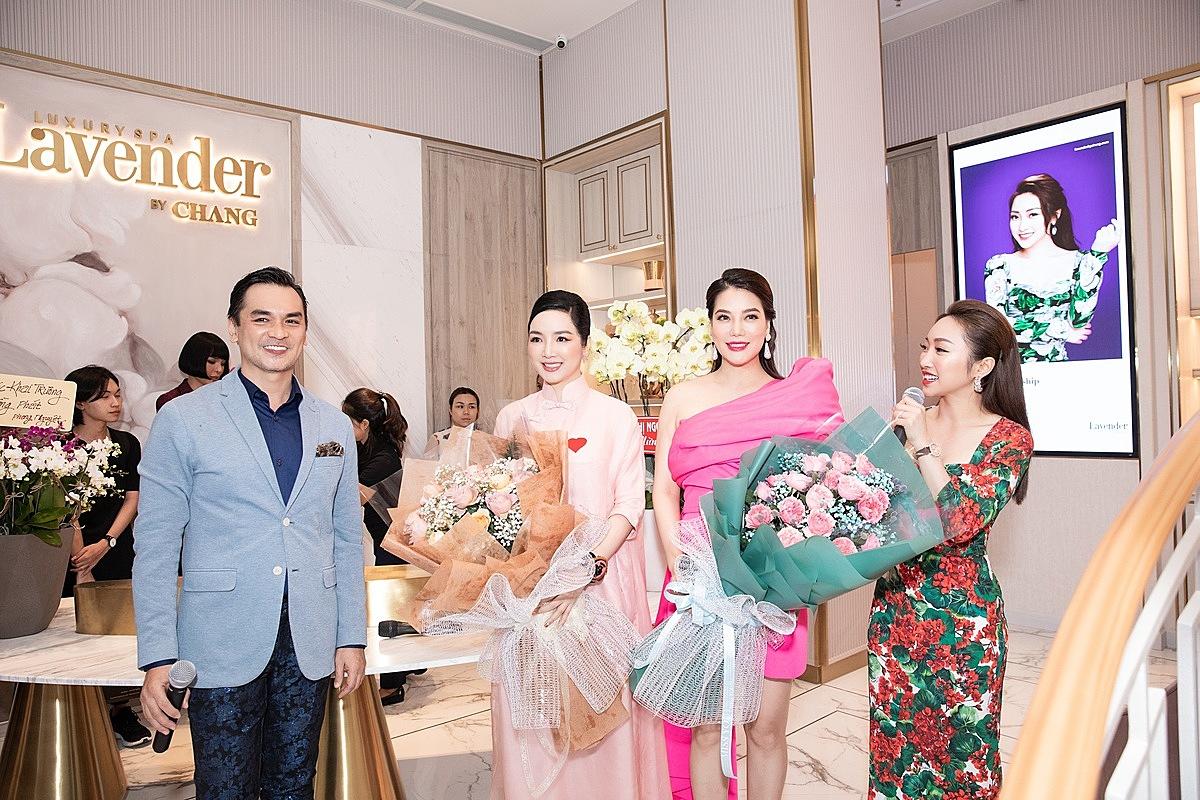 CEO Lý Thùy Chang (thứ nhất bên phải) trong ngày khai trương cơ sở mới ở TP HCM. (nguồn ảnh)