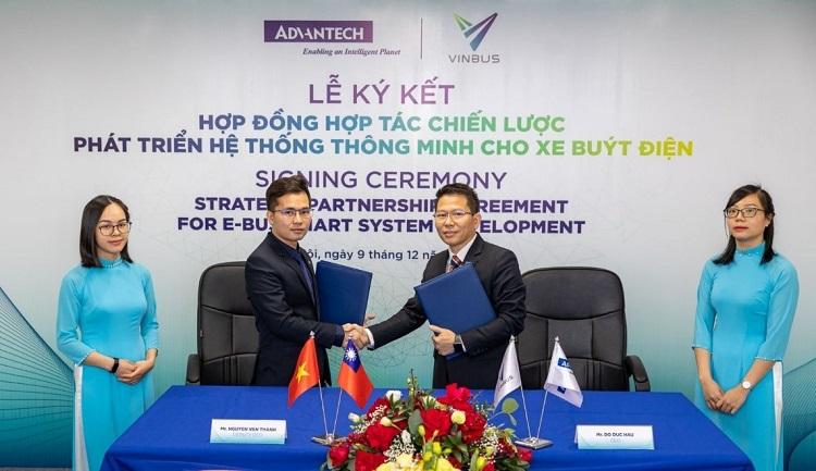 Ông Nguyễn Văn Thanh, Phó Tổng giám đốc VinBus (bên trái) và ông Đỗ Đức Hậu, Tổng giám đốc Advantech VN tại lễ ký Hợp đồng hợp tác chiến lược phát triển hệ thống quản lý điều hành xe buýt thông minh. Ảnh: Advantech.