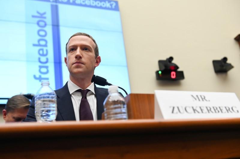 CEO Facebook Mark Zuckerberg trong một cuộc điều trần năm ngoái. Ảnh: Reuters