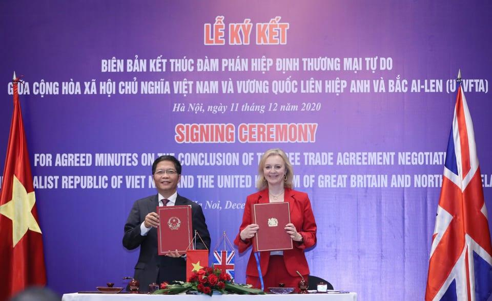Bộ trưởng Công Thương Trần Tuấn Anh và Bộ trưởng Thương mại quốc tế Anh Elizabeth Truss tại buổi lễ ký kết chiều 11/12. Ảnh: MOIT