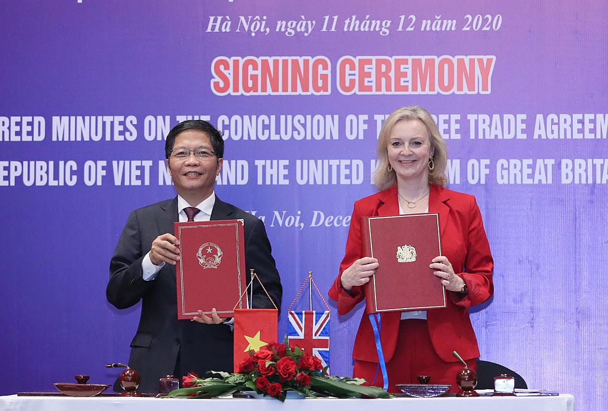 Bộ trưởng Công Thương Trần Tuấn Anh và Bộ trưởng Thương mại quốc tế Anh Elizabeth Truss tại buổi lễ ký kết chiều 11/12. Ảnh: MOIT.