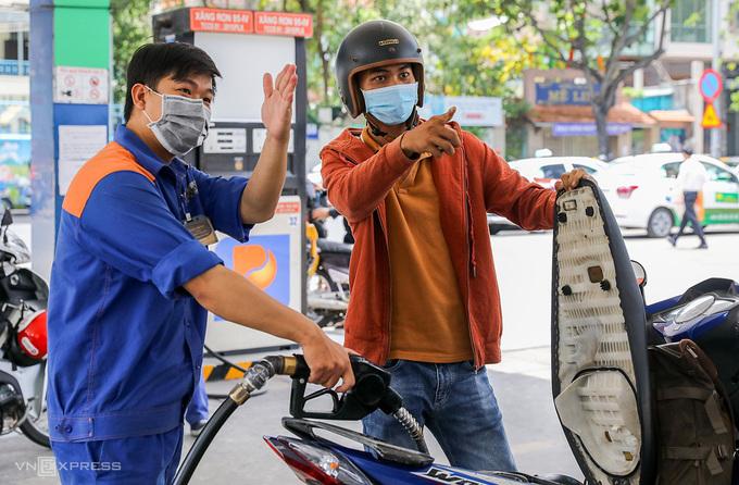 Người dân đổ xăng ở cửa hàng quận 1, TP HCM. Ảnh: Quỳnh Trần.