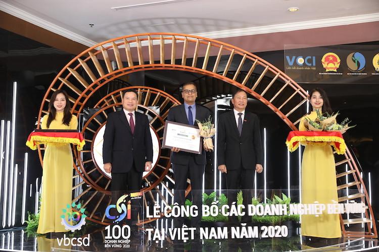 Đại diện Nestlé (ở giữa) nhận chứng nhận top 3 doanh nghiệp bền vững   trong lĩnh vực sản xuất