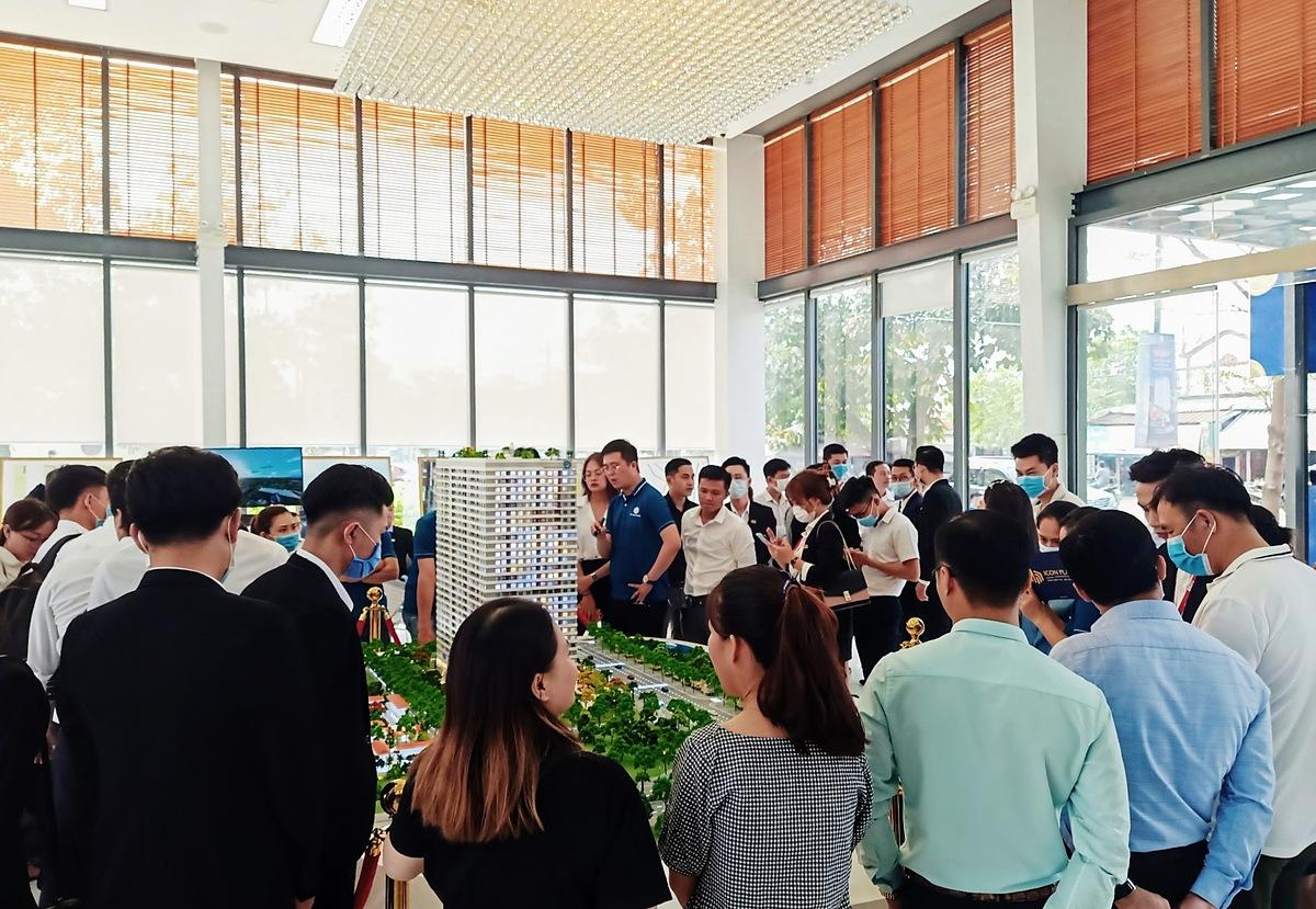 Đông đảo khách hàng trẻ tìm hiểu dự án căn hộ Icon Plaza. Ảnh: DVG.
