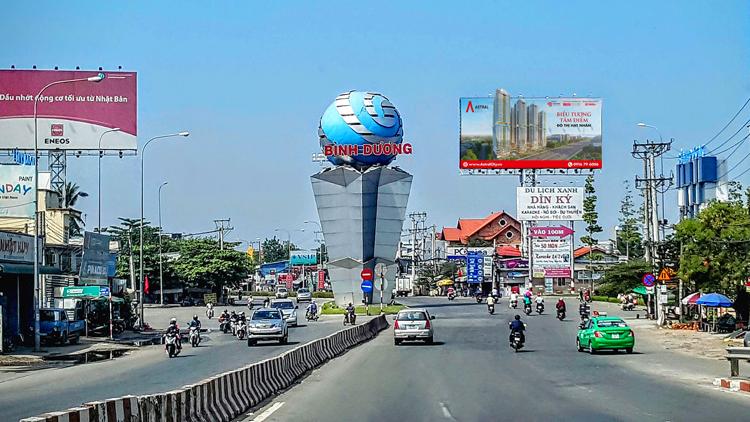 Quốc lộ 13 đoạn từ trung tâm Lái Thiêu tới đường Nguyễn Văn Tiết, thành phố Thuận An. Ảnh: Hoàng Lam