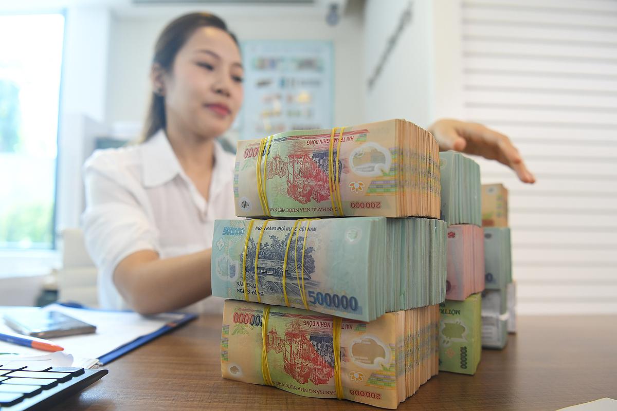 Giao dịch tại một ngân hàng cổ phần ở Hà Nội. Ảnh: Giang Huy.