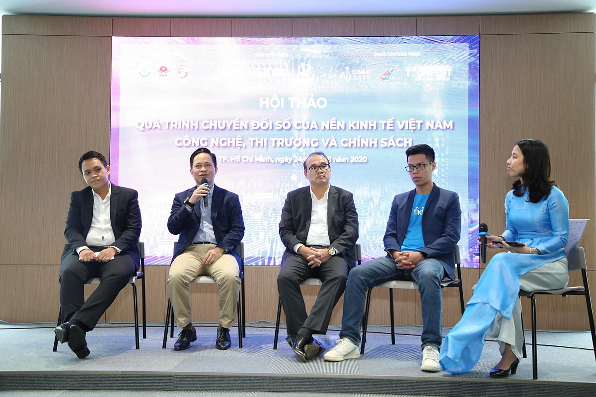 Các chuyên gia tại phiên tọa đàm hội thảo Quá trình chuyển đổi số của nền kinh tế Việt Nam: Công nghệ, thị trường và chính sách vào sáng 24/11. Ảnh: UEH.