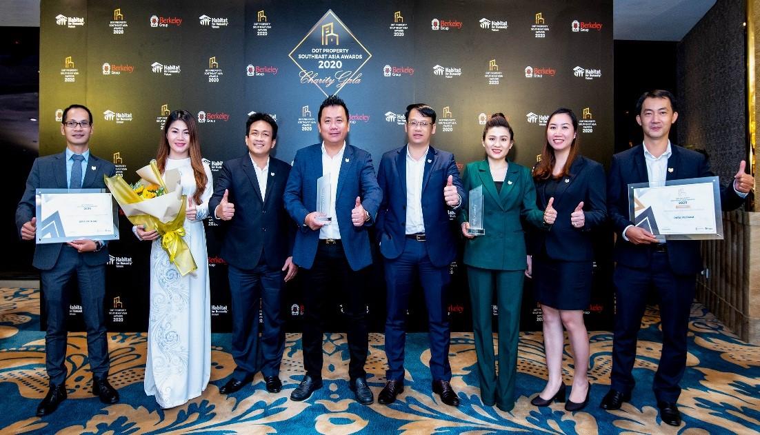 Ban lãnh đạo DKRA Vietnam và các công ty thành viên đón nhận hai giải thưởng quốc tế danh giá trong lĩnh vực dịch vụ bất động sản. Ảnh: Dũng Trần.