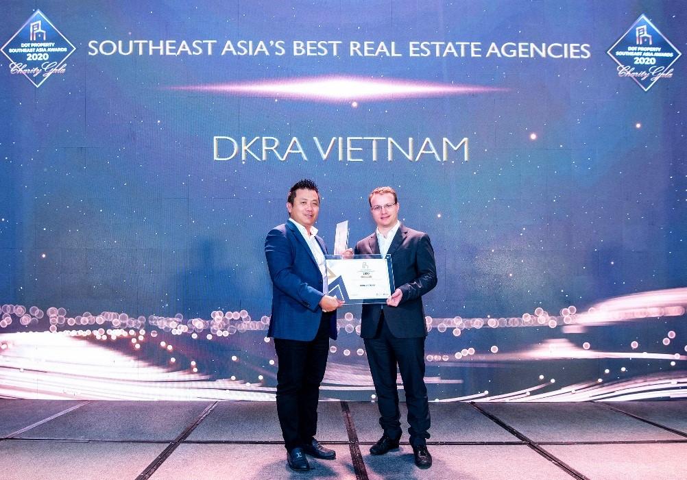 Ông Phạm Lâm - Nhà sáng lập, CEO DKRA Vietnam (bên trái) đón nhận giải thưởng Đơn vị phân phối Bất động sản tốt nhất Đông Nam Á. Ảnh: DKRA Vietnam.