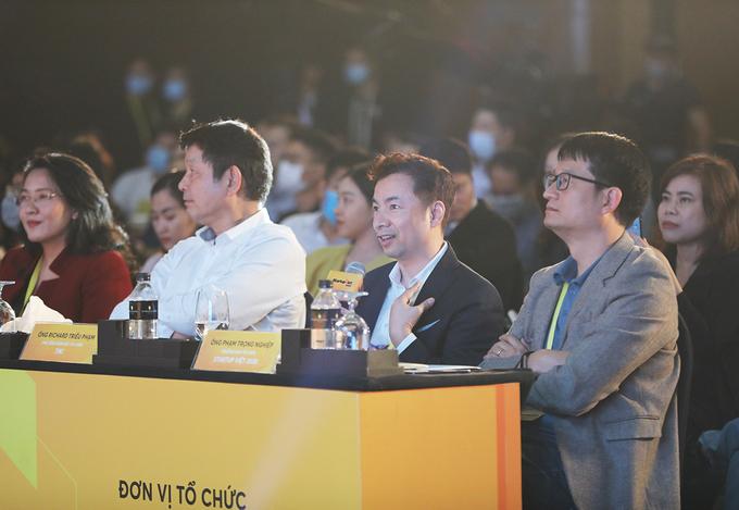 Ông Richard Triều Phạm - Phó tổng giám đốc Tài chính Tiki (thứ hai từ phải sang) tại Gala Summit Startup Việt 2020. Ảnh: Startup Việt.