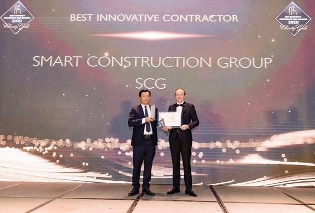 Đại diện Công ty Cổ phần xây dựng SCG (Smart Construction Group) nhận giải thưởng Best Innovative Contractor Southeast Asia 2020 - Nhà thầu xây dựng đột phá nhất Đông Nam Á 2020.