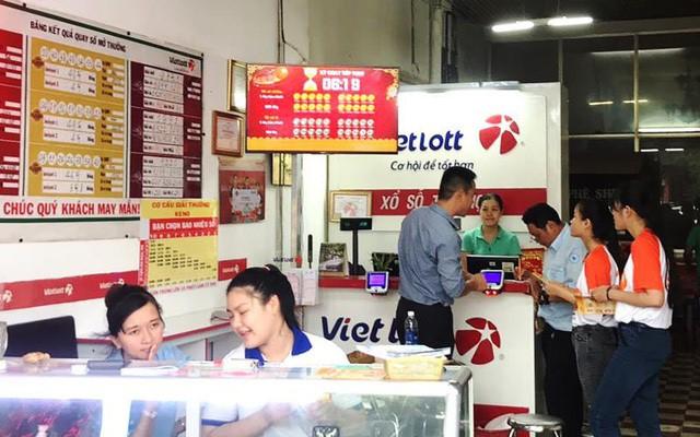 Khách hàng mua xổ số tại cửa hàng Vietlott. Ảnh: Vietlott.