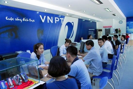 Khách hàng giao dịch tại VNPT.